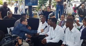 Privados de libertad del CCR La Romana, dan su testimonio después de aprender a leer, en acto para declarar al municipio libre de analfabetismo